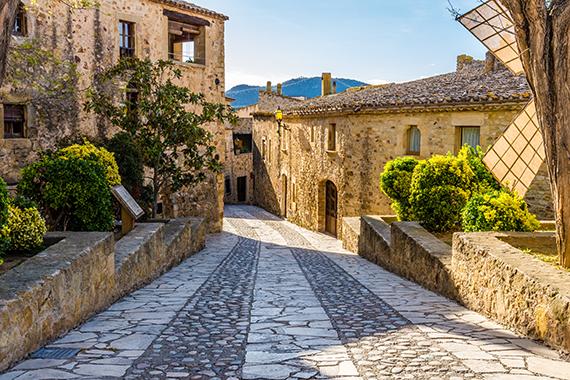 Taxi Palamós i Calonge et porta al poble medieval de Pals