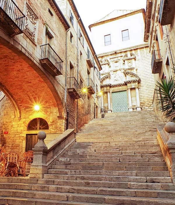 Call jueu y baños árabes. Taxi Palamós y Calonge te lleva de ruta turística por Girona, Costa Brava.
