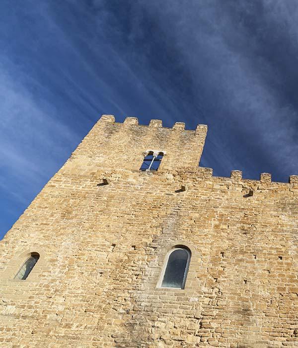 Castell lo Palau amb Taxi en Palamós y Calonge. La Bisbal d'Empordà. Costa Brava.
