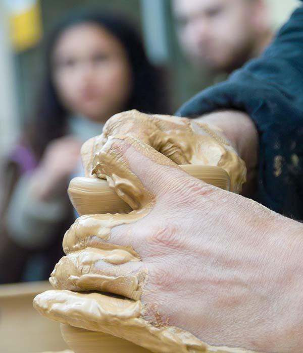 Visita la Bisbal d'Empordà y descubrirás un mundo de cerámica artesanal. Taxi en Palamós te lleva.