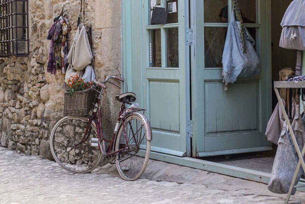 Taxi en Palamós te lleva al pueblo más romántico de la Costa Brava. Peratallada y Ullastret.