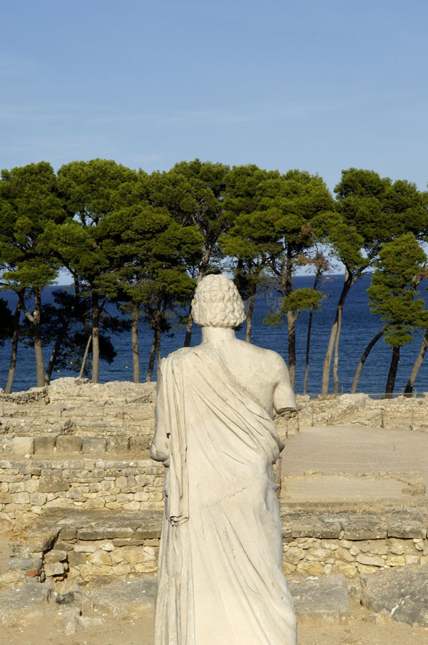 Taxi en Palamós y Calonge te lleva en las ruinas de Ampúrias.Statue of Asclepius of Empuries ruins, Girona province, Cataloni